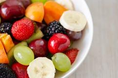 Gezonde verse fruitsalade in witte plaat Hoogste mening stock afbeeldingen