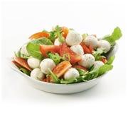 Gezonde verse rucolasalade met mozarella en tomatenplakken Royalty-vrije Stock Foto's