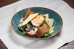 Gezonde Verse salade met kippenborst, tomaten en sla Royalty-vrije Stock Afbeeldingen