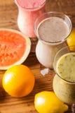 Gezonde voeding, eiwitschokken en vruchten Stock Foto's