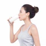 Gezonde voeding Gelukkige jonge Aziatische vrouwenconsumptiemelk stock afbeeldingen