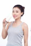 Gezonde voeding Gelukkige jonge Aziatische vrouwenconsumptiemelk royalty-vrije stock foto