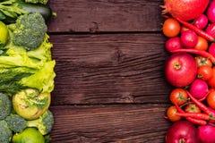 Gezonde voeding van groene en rode groenten en kruiden stock foto's