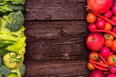 Gezonde voeding van groene en rode groenten en kruiden stock afbeeldingen