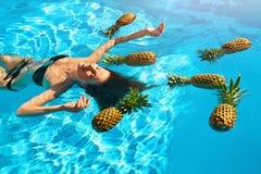 Gezonde voeding, Voeding Vrouw met Ananassen in Pool (Water) royalty-vrije stock foto