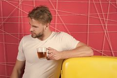 Gezonde voeding voor koude of verwarmingspijp De kop thee of de koffie van de mensengreep in keuken Macho bij retro koelkast op r stock afbeelding