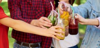 Gezonde voeding Vrienden die detox thee drinken stock foto