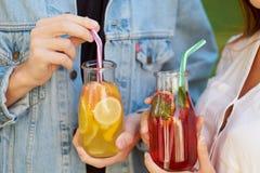 Gezonde voeding Vrienden die detox thee drinken royalty-vrije stock fotografie