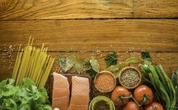 Gezonde voedsel en groenten op een achtergrond op houten lijst Hoogste mening, exemplaarruimte Concept over voedsel en gezonde ve stock afbeeldingen