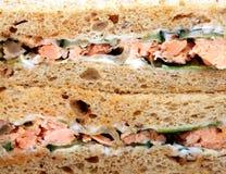Gezonde voedsel, garnalen en zalmsaladesandwich op bruin brood stock foto