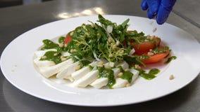 Gezonde voedsel het restaurant eet het decor van de maaltijdsalade stock videobeelden