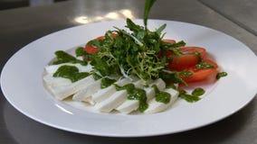 Gezonde voedsel het restaurant eet maaltijdslasaus stock videobeelden