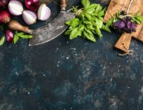 Gezonde voedsel kokende achtergrond over textuur van het grunge de donkerblauwe triplex Royalty-vrije Stock Afbeeldingen