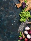 Gezonde voedsel kokende achtergrond over textuur van het grunge de donkerblauwe triplex Royalty-vrije Stock Foto's