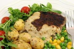Gezonde voedsel, lapje vlees, aardappels en salade Stock Fotografie