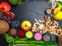 Gezonde voedsel schone het eten selectie in houten fruit als achtergrond, groente, zaden, superfood, graangewassen, bladgroente o royalty-vrije stock fotografie