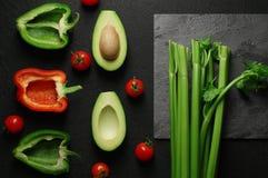 Gezonde voedsel schone het eten selectie op grijze achtergrond Groene en rode groene paprika, avocado, selderie en tomaten Hoogst stock foto's