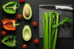 Gezonde voedsel schone het eten selectie op grijze achtergrond Groene en rode groene paprika, avocado, selderie en tomaten Hoogst royalty-vrije stock foto