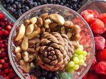 Gezonde voedsel schone het eten selectie: superfood, noten, bessenachtergrond, Voedsel voor gezond Hart stock foto's