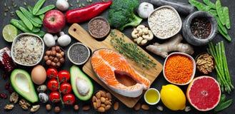 Gezonde voedsel schone het eten selectie: vissen, fruit, noten, groente, zaden, superfood, graangewassen, bladgroente op zwart be royalty-vrije stock afbeeldingen