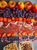 Gezonde voedsel schone het eten selectie: vruchten, superfood, noten op grijze concrete achtergrond stock foto