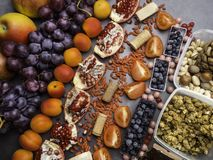 Gezonde voedsel schone het eten selectie: vruchten, superfood, noten op grijze concrete achtergrond royalty-vrije stock foto's