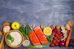 Gezonde voedsel schone het eten selectie: zalmvissen, vruchten, groenten, graangewassen stock foto's