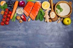 Gezonde voedsel schone het eten selectie: zalmvissen, vruchten, groenten, graangewassen stock afbeeldingen