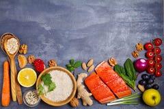Gezonde voedsel schone het eten selectie: zalmvissen, vruchten, groenten, graangewassen royalty-vrije stock foto