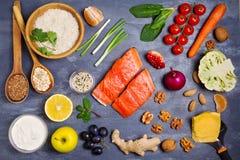 Gezonde voedsel schone het eten selectie: zalmvissen, vruchten, groenten, graangewassen stock fotografie
