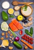 Gezonde voedsel schone het eten selectie: zalmvissen, vruchten, groenten, graangewassen stock afbeelding