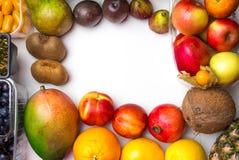 Gezonde voedselachtergrond/studiofoto van verschillende vruchten en groenten op witte achtergrond royalty-vrije stock afbeelding