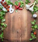 Gezonde voedselachtergrond voor recepten, menu of lijst met diverse verse organische groenten en specerijingrediënten voor salade royalty-vrije stock afbeeldingen