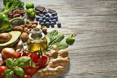 Gezonde voedselingrediënten met plantaardige vruchten anad noten royalty-vrije stock foto's