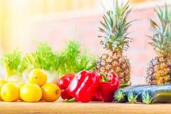 Gezonde voedselinzameling Sappige verse vruchten en groenten Citroenen, paprikagroene paprika, ananassen en merg op houten lijst  stock foto's