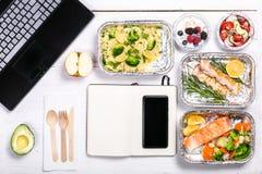 Gezonde voedsellevering aan werkruimte - containers, laptop, mobiele telefoon royalty-vrije stock foto's