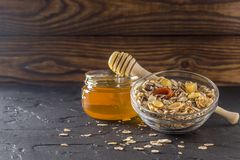 Gezonde voedselmuesli met honings droge abrikozen stock afbeeldingen