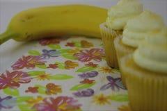 Gezonde voedselopties Het begin concentreerde zich op een gele cupcake, toen overgangen aan een gele banaan stock footage