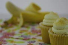 Gezonde voedselopties Het begin concentreerde zich op een gele cupcake, toen overgangen aan een gele banaan stock videobeelden