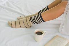 Gezonde vrouwen en coffe op bed in de ochtend stock afbeeldingen
