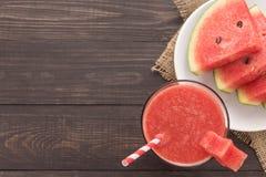 Gezonde watermeloen smoothie op een houten lijst Royalty-vrije Stock Foto
