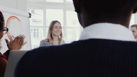 Gezonde werkplaats De diverse bedrijfsmensen slaan aan jonge blondeceo bedrijfsvrouw bij team die langzaam motie ROOD HELDENDICHT stock video