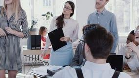 Gezonde werkplaats De jonge bespreking van het bedrijfsvrouwen chef- belangrijke team op modern kantoor die langzaam motie ROOD H stock video