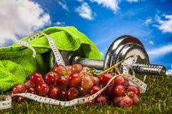Gezondheid en geschiktheidsmateriaal met vruchten en groenten Royalty-vrije Stock Afbeelding