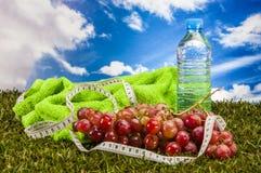 Gezondheid en geschiktheidsmateriaal met vruchten en groenten Royalty-vrije Stock Afbeeldingen
