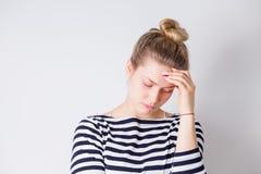 Gezondheid en Pijn Jonge vrouw met de harde handen van de hoofdpijnholding op hoofd Hoofdpijn, griep, SARS, droefheid, gezondheid royalty-vrije stock afbeeldingen