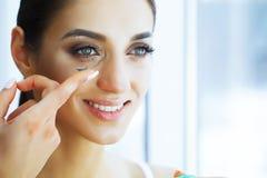 Gezondheid en schoonheid Jonge Vrouw die Contactlenzen toepast Verse Mening Portret van een Mooie Vrouw met Groen Contact royalty-vrije stock afbeeldingen