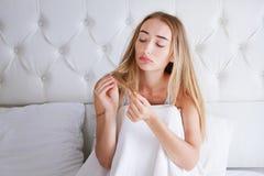 Gezondheid en schoonheid Portret van Mooie Droevige Jonge Vrouw met Lang Haar In Hand in Slaapkamer Close-up van Ongelukkig Vrouw royalty-vrije stock fotografie