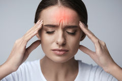 gezondheid Mooie Vrouw die Sterke Hoofdpijn hebben, die Pijn voelen stock afbeelding