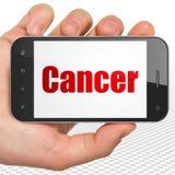 Gezondheidsconcept: Handholding Smartphone met Kanker op vertoning Stock Afbeeldingen